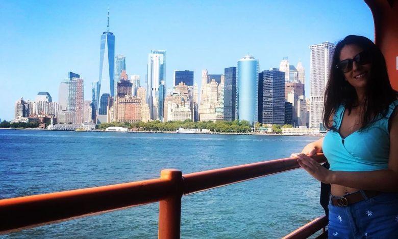 Charlotte Jimenez devant la skyline du Financial District de New-York