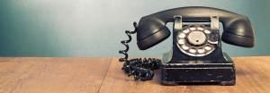 téléphone sur une table