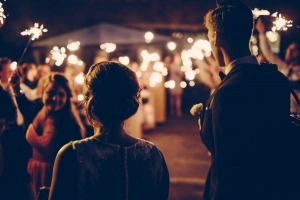Surprise danse de couple à une ouverture de bal de mariage