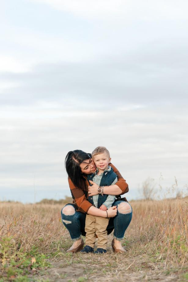 Regina Lifestyle Photographer - Dionne-Shepherd - Hugging in field