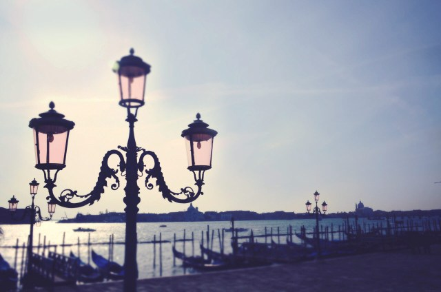Pantone's-Color-of-the-year-2016-venice-lamp-post