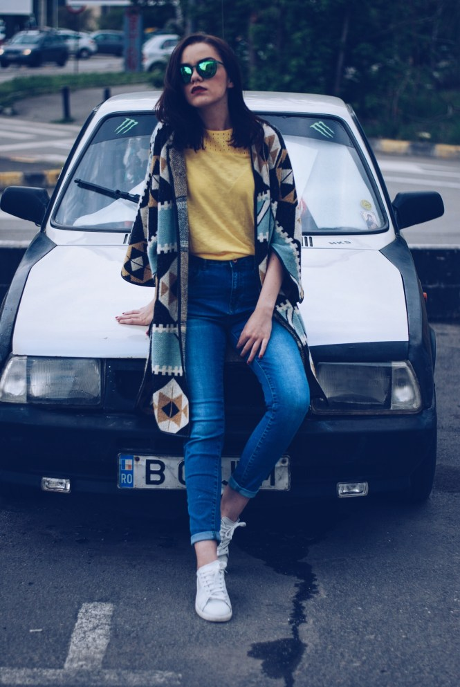 White sneakers, print cape, yellow tshirt, jeans and sunglasses by Andreea Birsan