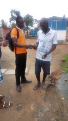 David giving a tract to a man4