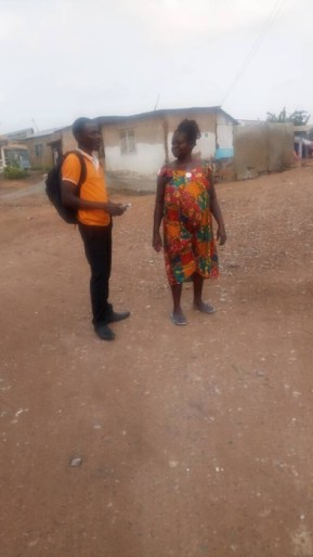 David giving a tract to a woman2