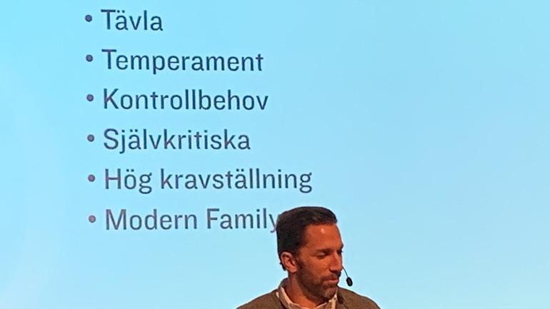"""Joel Lundqvist framför texten """"Tävla, Temperament, Kontrollbehov, Självkritiska, Hög kravställning, Modern Family""""."""