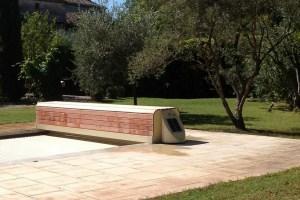couverture-volet-de-piscine-version-banc-bois-avec-panneau-solaire