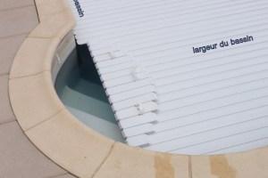 lames-pour-escalier-sur-longueur-ou-dans-un-angle-conforme-a-la-norme-securite-piscine