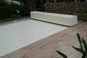 volet-de-piscine-hors-sol-avec-finition-banc-pvc-lisse-sable-et-lames-sables-option-sur-rails-mobile