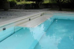couvertures piscine automatiques volet-en-fond-de-piscine-lames-pvc-opaques