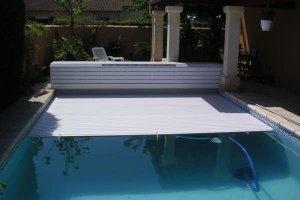 couvertures piscine automatiques avec-banc-installation-speciale