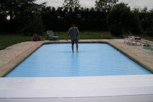 couvertures piscine automatiques avec-banc-pour-la-securite