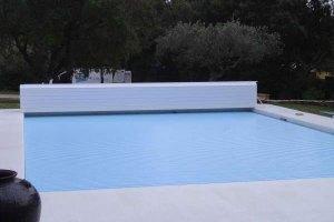 couvertures piscine automatiques -avec-banc-pvc-lames-bleues
