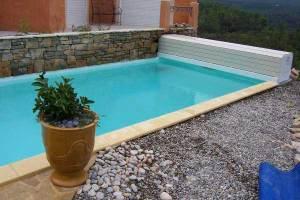 couvertures piscine automatiques avec-banc-pvc-sable-structure-blanche
