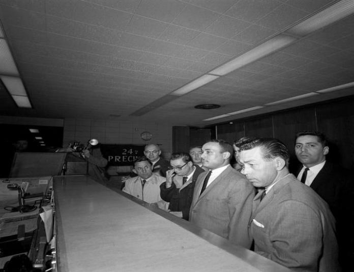 Un grupo de hombres en una habitación Descripción generada automáticamente con poca confianza