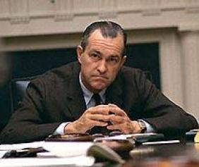 Una persona sentada en un escritorio Descripción generada automáticamente con confianza media