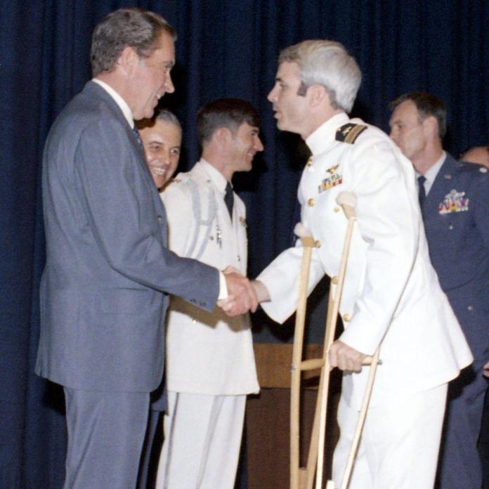 John McCain fue un héroe de guerra.  Pero no debería haberlo sido.