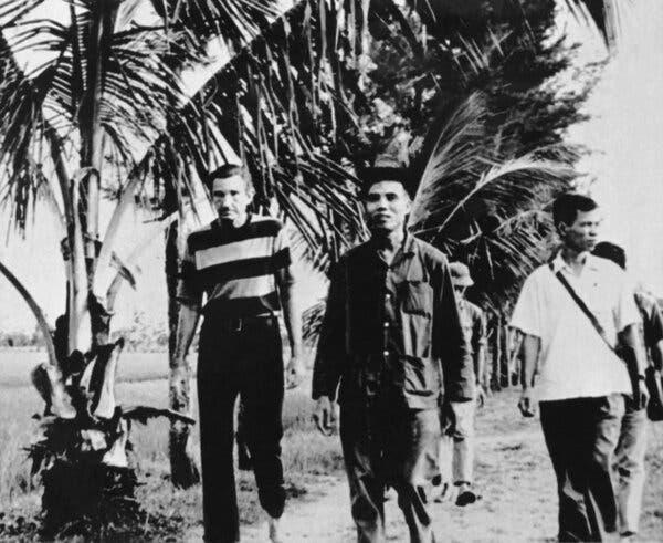 El Sr. Clark, a la izquierda, en Vietnam del Norte en 1972. Se reunió con funcionarios comunistas en Hanoi y criticó públicamente la conducta estadounidense en la guerra de Vietnam.