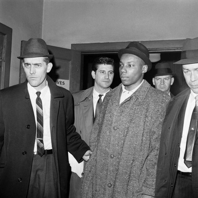 FOTO: La policía escolta a Norman Butler a una cárcel de Nueva York.