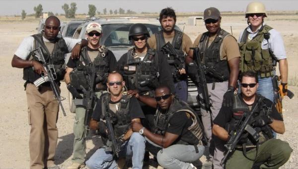 Un grupo de personas posando para una foto Descripción generada automáticamente con confianza media