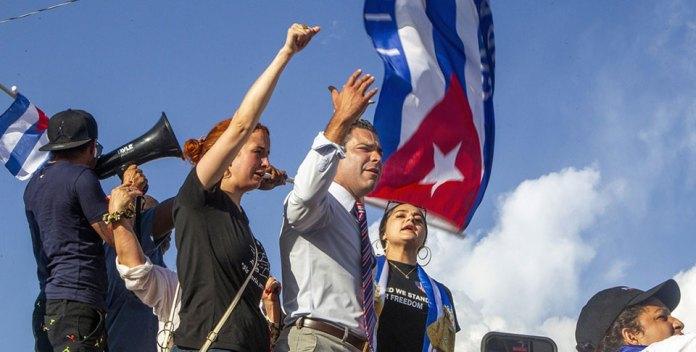 Alcalde de Miami pide ataques aéreos contra Cuba