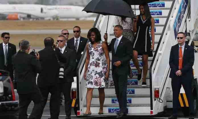 El presidente Barack Obama y su familia bajan las escaleras cuando llegan a La Habana, Cuba.