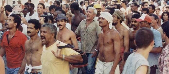 El Maleconazo visto a través de las persianas / 14ymedio, Ignacio Varona - Traduciendo Cuba