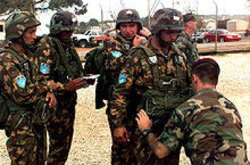 Un grupo de personas con uniformes militares Descripción generada automáticamente con poca confianza