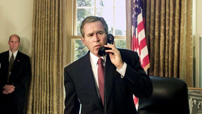 FOTO: El presidente George W. Bush habla por teléfono desde la Oficina Oval de la Casa Blanca en Washington, DC, con el alcalde de la ciudad de Nueva York, Rudolph Giuliani, y el gobernador de Nueva York, George Pataki, el 13 de septiembre de 2001.
