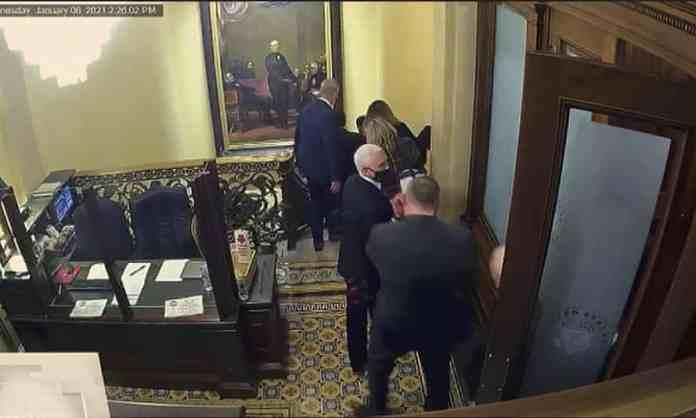 El video de seguridad utilizado en el segundo juicio político de Trump muestra a Mike Pence siendo evacuado de la cámara del Senado durante el ataque al Capitolio.