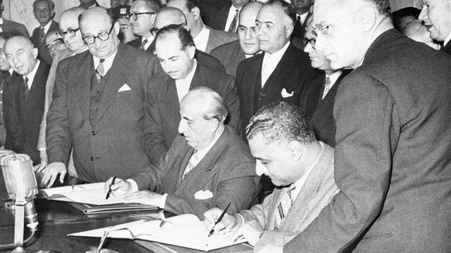 The presidents of Egypt, Gamal Nasser, and of Syria, Shukri El-Kuwatly, sign the proclamation of the United Arab Republic, on February 1, 1958.