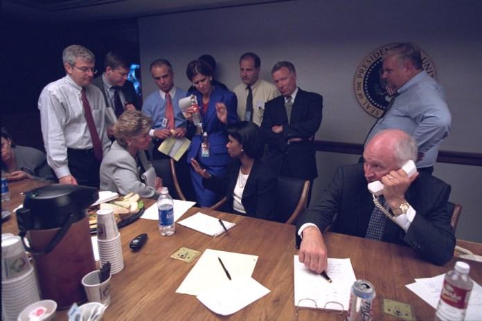Vicepresidente Cheney con personal senior en el Centro de Operaciones de Emergencia del Presidente (PEOC)