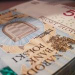 (Małopolska) Dyrektor banku wyłudzał kredyty na klientów swojej placówki