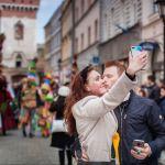 Krakowski fotograf poszukuje pary ze zdjęcia. Znasz te osoby?
