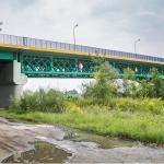 NIEPOŁOMICE – w ostatniej chwili policjanci uratowali mężczyznę, który chciał skoczyć z mostu