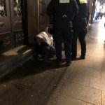 Oddawał mocz na ławkę, przeklinał, szarpał się z strażnikami miejskimi i próbował uciekać