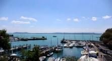 Splendide vue sur le port de Neuchâtel depuis la salle de réunion.