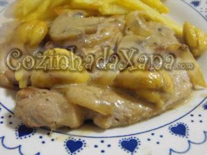 Lombo de porco com molho de castanha e cogumelos