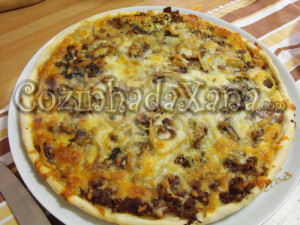 Pizza de carne picada e cogumelos