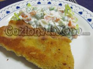 Panados de porco com salada russa