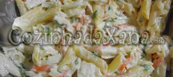 Salada fria de penne com delícias do mar e manjericão