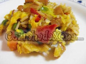 Arroz de salsicha com ovos