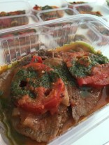 Bife de panela ao molho de tomate sincero e pesto