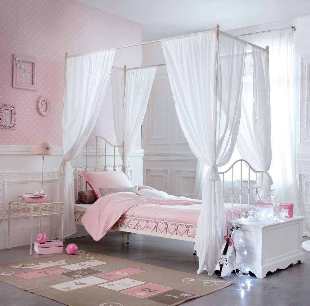 Baldakin över sängen i barnkammaren