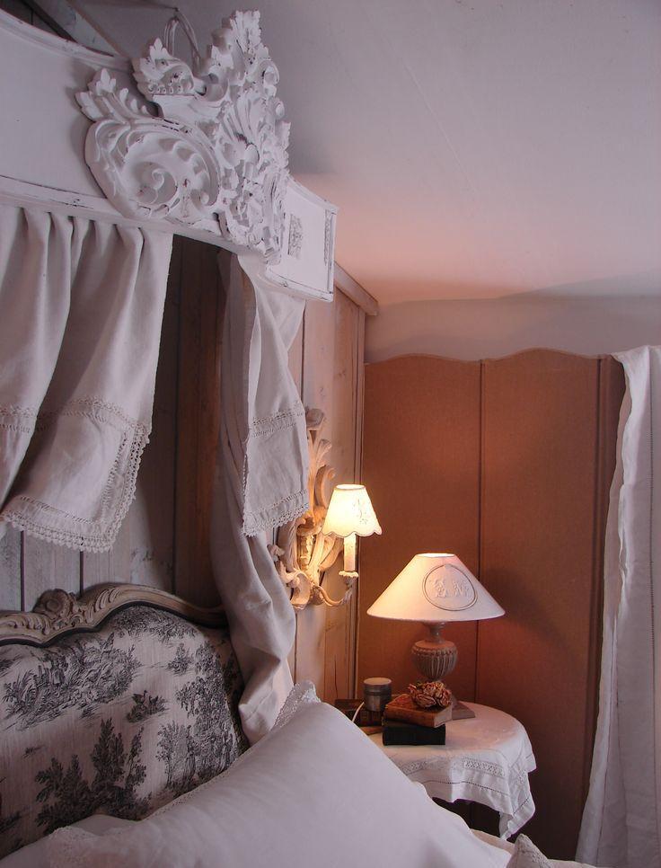 Baldakin över sängen med dekor