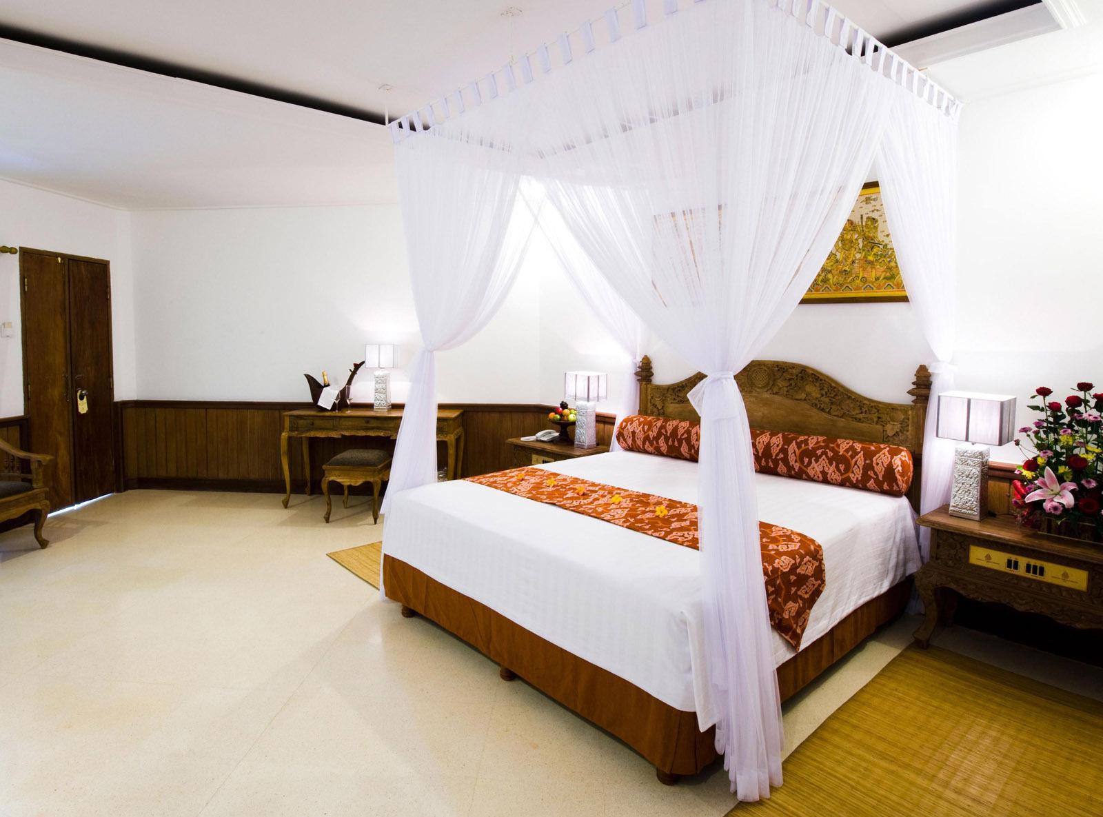 Transparent vit baldakin ovanför sängen, fäst i taket