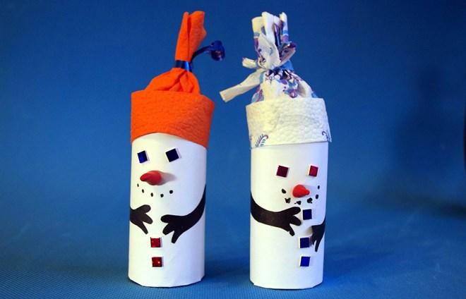 Người tuyết từ ống lót giấy vệ sinh