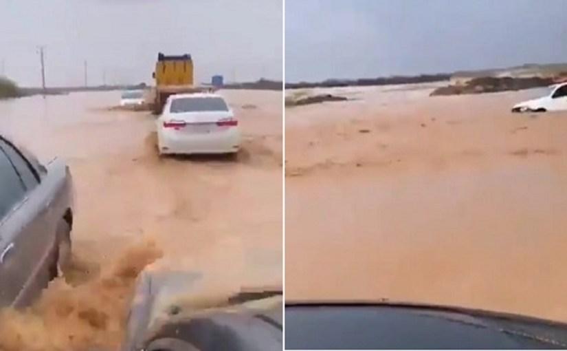 بالفيديو.. سيول عارمة تقطع طريق القنفذة –القوز