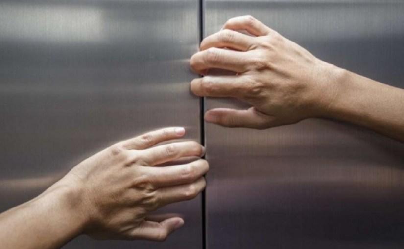 حبس وطرد عامل تحرش بقاصر في المصعد