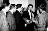 Ademar de Barros, entre jornalistas, fala ao microfone (entre 1947 e 1951).