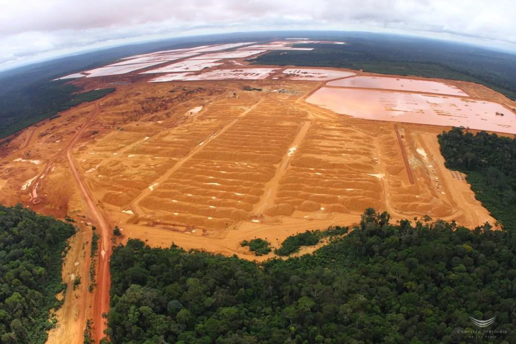 Extração de bauxita na Flona Saracá-Taquera (Foto: Carlos Penteado/CPI-SP)
